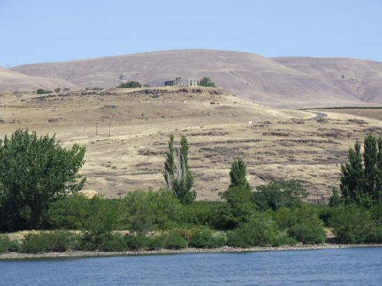 Rufus, Όρεγκον: Columbia River (and replica of Stonehenge)