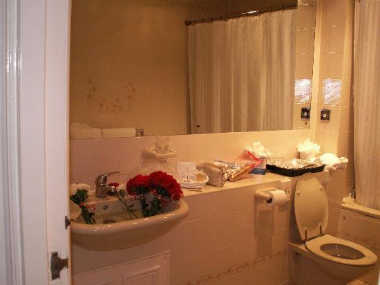 John Howard Hotel: Großes Badezimmer mit viel Ablagefläche, wie man sieht ;-)