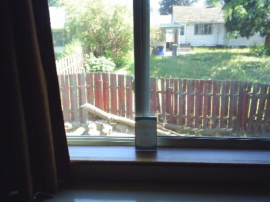 Comfort Inn: Great view at a junky house & fence