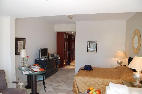 Danai Beach Resort: La stessa stanza vista dalla porta vetrata della piscina