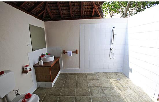 Oyster Island Resort: Open Air Bathroom in Bamboo Bungalow