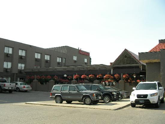 Ramada Kelowna Hotel & Conference Centre: Outside entrance