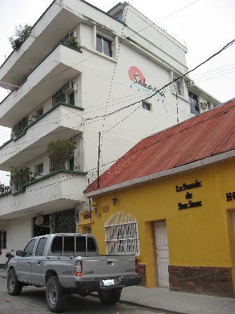Hotel Savana: 前の道路から見たホテル