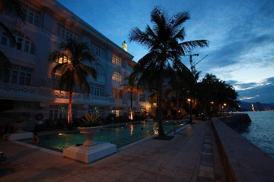 Eastern & Oriental Hotel: The pool in the evening
