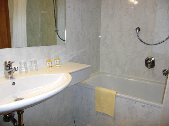 Hotel Imlauer & Bräu: Das blitzsaubere Bad