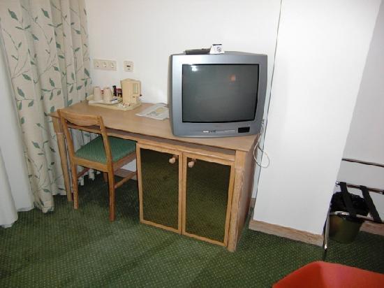Hotel Imlauer & Bräu: Schreibtisch mit antikem Fernseher