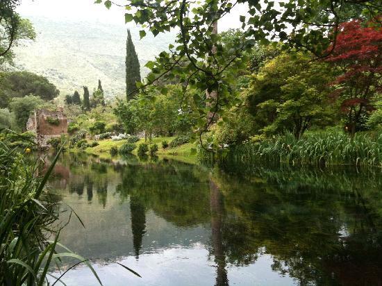 Parco di ninfa foto di giardino di ninfa monumento - I giardini di ninfa ...