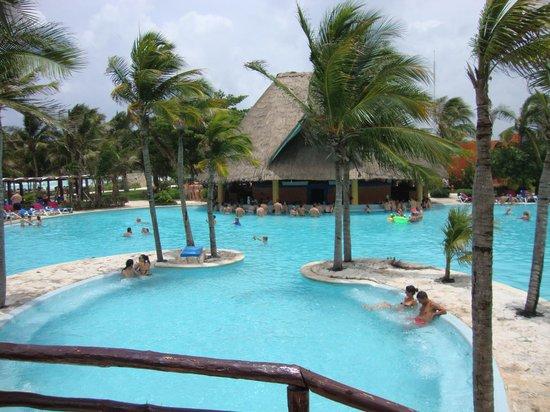 Barcelo Maya Beach: piscina los primeros dias limpias