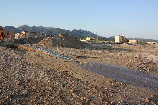 Αχαράβη, Ελλάδα: Die Pumpe läuft und das Abwasser fliesst direkt ins Meer
