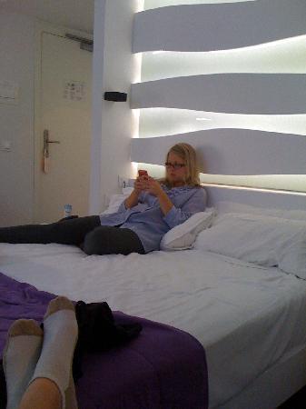 Room Mate Emma: Bed area, taking advantage of free wifi