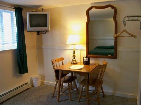 Mount Whittier Motel: All rooms have table and chairs