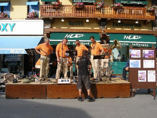 Le Rond Point d'Arbois: Jurbena Jazz band in the village