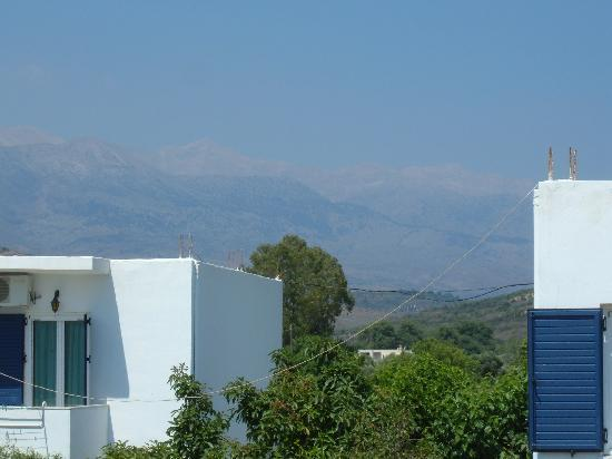 Kalivaki Studios Hotel : Mountain background