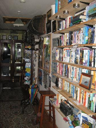 Sandrock Holiday Hostel: hallway with library, books to swap
