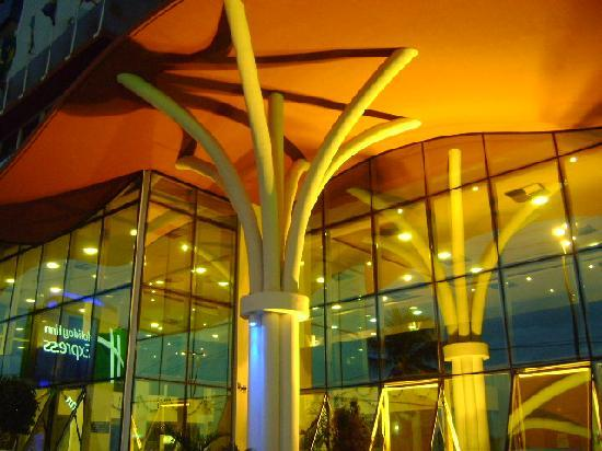 Holiday Inn Express Natal Ponta Negra: Detalhe da fachada do Holiday Inn Express Natal
