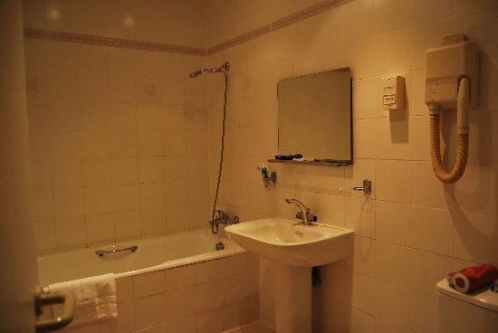 Best Western Hotel du Roy D'Aragon : Salle de bain de la grande chambre
