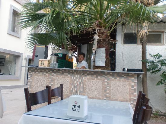 Blue Bay Hotel: restaurant alleen buiten dus!