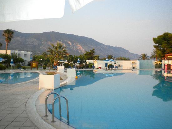 Kinetta Beach Hotel : la piscine principal