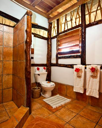 Cotton Tree Lodge: Family Cabana bathroom