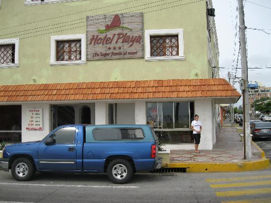 Hotel Playa Veracruz: Front view from across the street