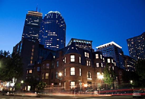 ذا إن آت سانت بوتولف: The renovated brownstone on a quiet residential street with the Prudential Center in the backgro