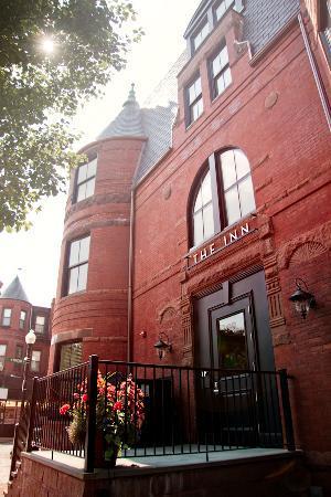 ذا إن آت سانت بوتولف: The brick brownstone of the Inn