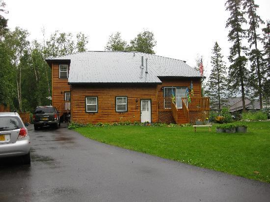 Alaska's Lake Lucille Bed & Breakfast: Picture of the B&B from Outside