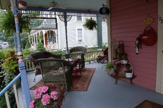 ‪‪Rose & Thistle Bed & Breakfast‬: Darling, cozy front porch‬