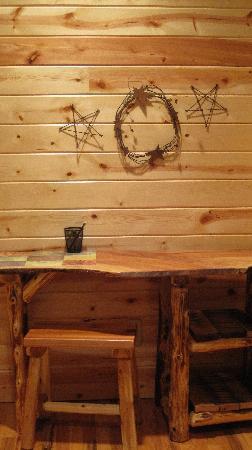 Sautee Mountain Retreat : Rustic desk
