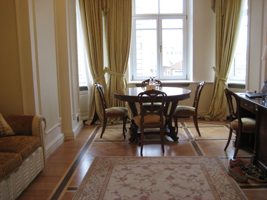 Hotel Savoy Moscow: Dining table with lots of light in Business Suite