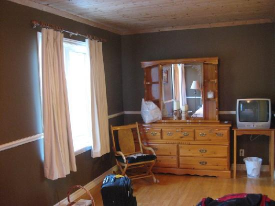 Barbour's Country Inn & Cottages: Open floor from bed to TV and drawers