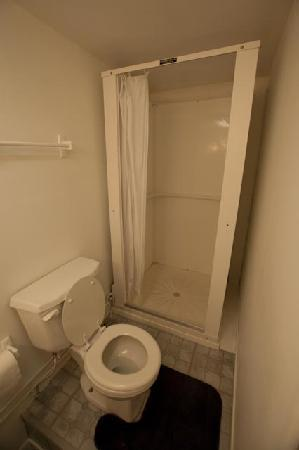 Yellowstone Economy Apartments : Bathroom with shower