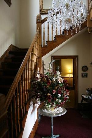 Hines Mansion Bed and Breakfast: Staircase
