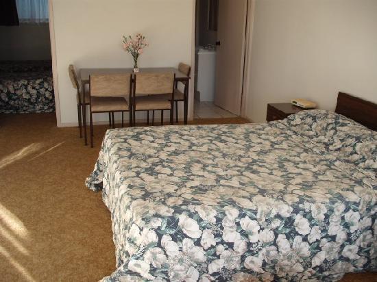Orewa Beachcomber: Lounge With Bed