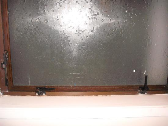 Orewa Beachcomber : Corroded Window Catches