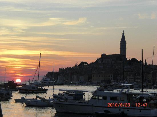 Vila Kristina: Blick auf Rovinj im Abendschein
