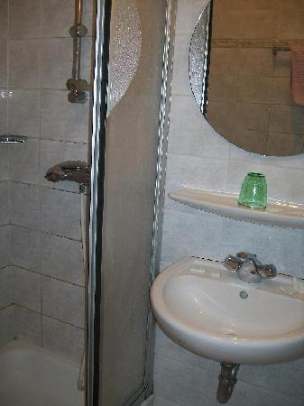 Hotel Bella Napoli: el baño de la triple