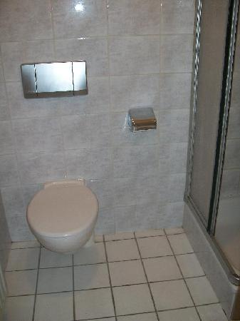 Hotel Bella Napoli: el baño