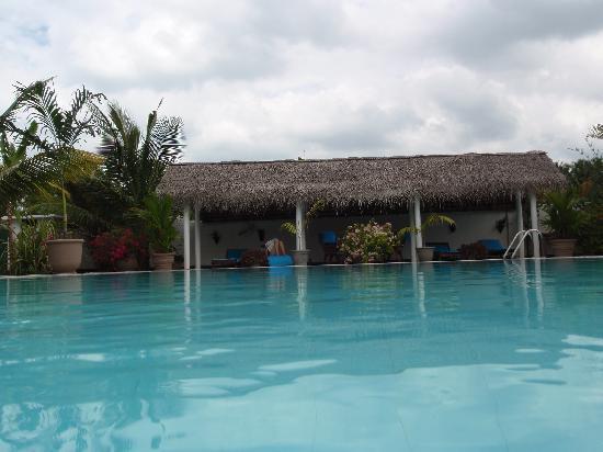 Villa Suriyagaha: Blick aus dem Swimmingpool Richtung überdachte Liegeterasse