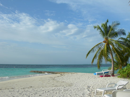 Biyadhoo Island Resort: Lovely white sand