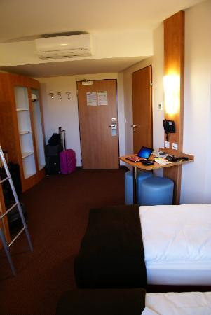 B&B Hotel Mainz-Hechtsheim: Camera, entrata e zona bagno