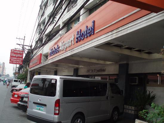 Nichols Airport Hotel: hotel's front