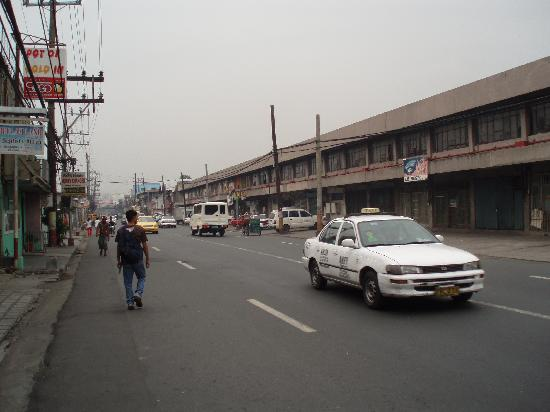Nichols Airport Hotel : Street in front of hotel