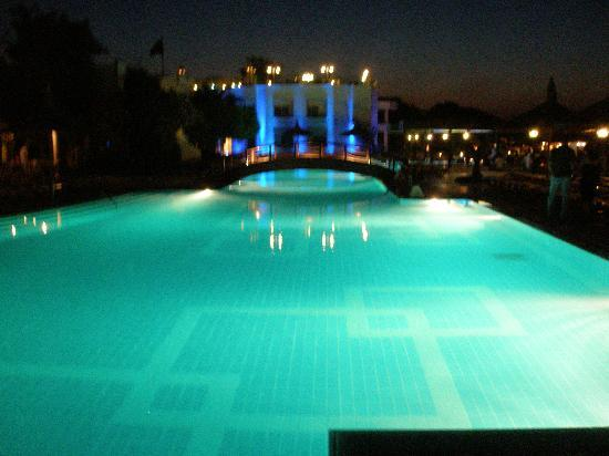 Piscine le soir photo de hotel samara torba tripadvisor for Piscine paris ouverte le soir