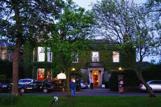 Park Lodge Hotel: evening in front of the hotel