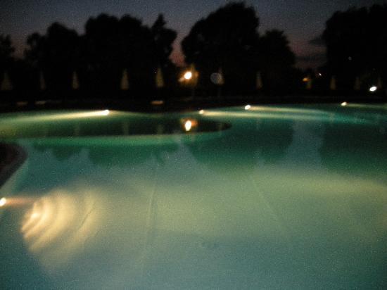 VOI Arenella resort: piscina di notte