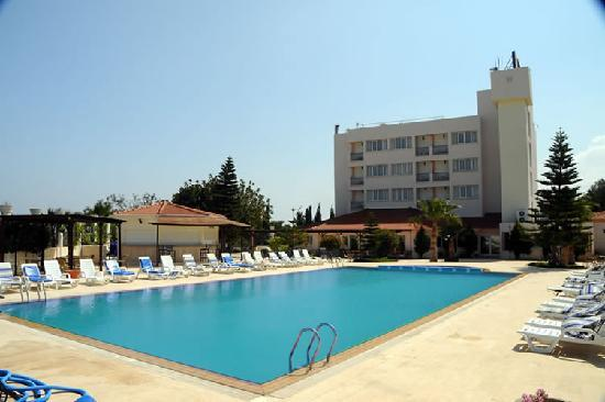 Агиос-Георгиос, Кипр: Pool view with main hotel building and pool bar in sigh