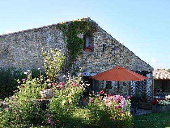 Talmont Saint Hilaire, Γαλλία: L'extérieur d'un des bâtiment de la ferme