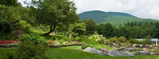 West Mountain Inn: Side Yard