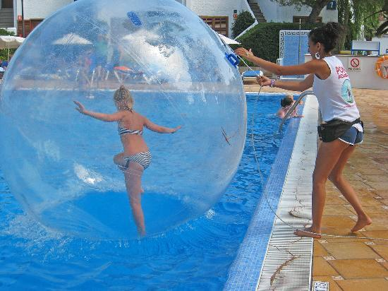 Grupotel Los Principes & Spa : Balloon activity in the pool